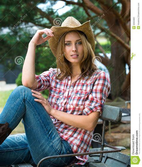 imagenes de camisas tipo vaqueras vaquera joven en sombrero imagen de archivo imagen 32934881