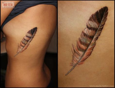 tatouage plume sur le flan inkage