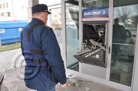 banca popolare di ancona volla forlimpopoli assalto al bancomat ladri in fuga nella notte