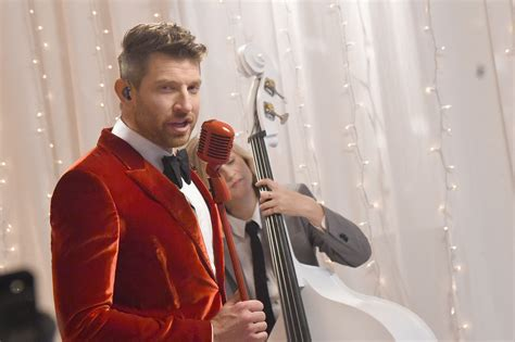 brett eldredge fan brett eldredge serenades fans with