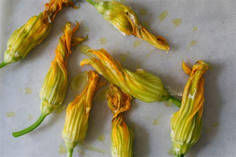 fiori di zucca con ricotta al forno ricetta classica dei fiori di zucca ripieni di ricotta e