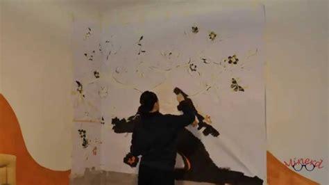 pittura su muro interno pennelli colori e uno stencil gigante ecco come