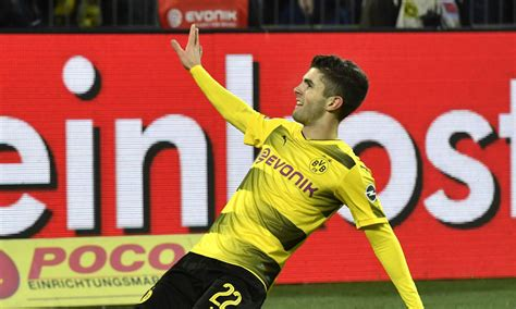 christian pulisic foot 5 foot 8 christian pulisic celebrated 2018 by throwing
