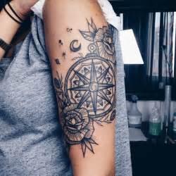 tatouage boussole noir et blanc sur bras pour femme pictures