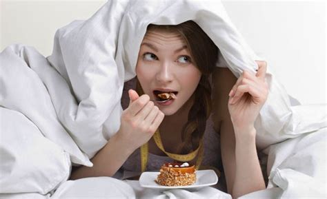 eating in bed can bad sleeping habits lead to poor dietary choices