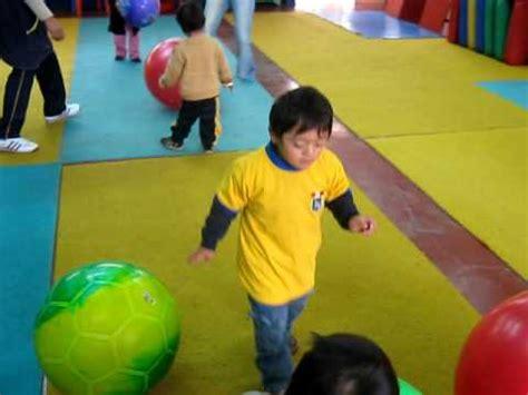 niños jugando ala pelota imagenes aprendamos jugando peru psicomotricidad jugando con