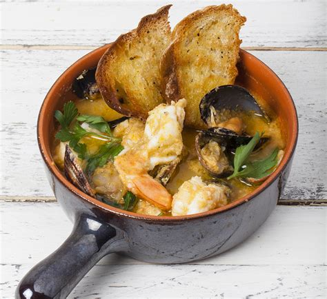 cucinare brodo di pesce ricetta zuppa di pesce tradizionale la cucina italiana