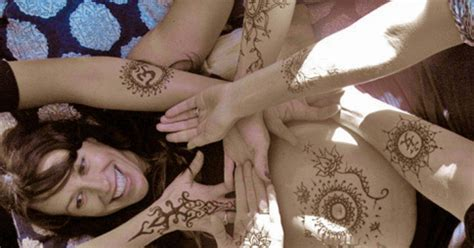 alanis morissette decorates baby bump with henna tattoos