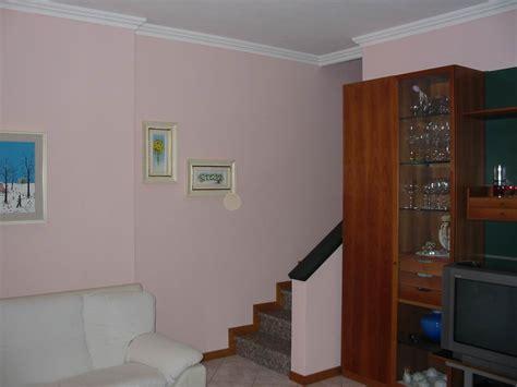 soffitto polistirolo montare le cornici di polistirolo con muri e soffitto