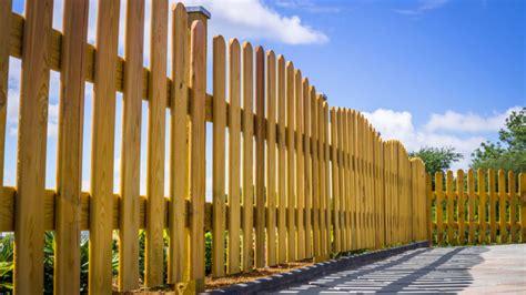 Construire Cloture Bois by Comment R 233 Aliser Une Cl 244 Ture En Bois