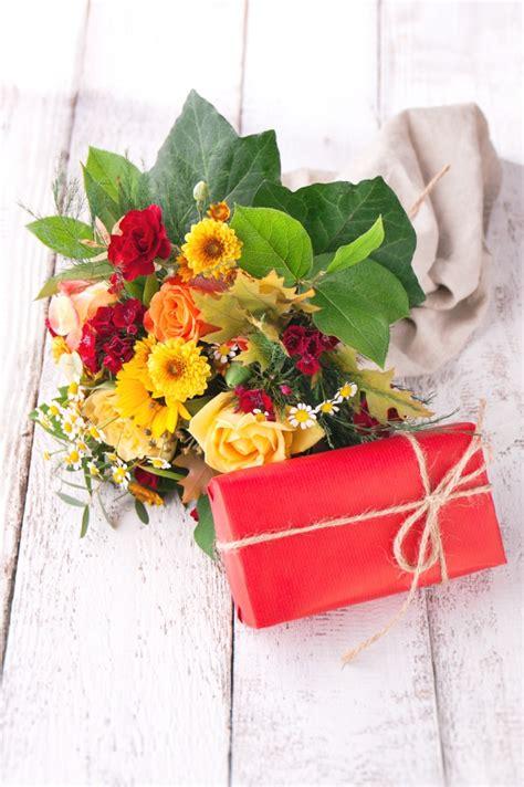foto fiori colorati fiori colorati in un vaso scaricare foto gratis