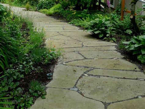 giardino con pietre vialetto in giardino con pietre irregolari come
