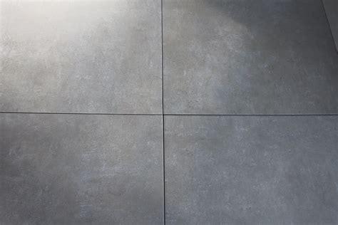 fliese feinsteinzeug grau betonoptik fliesen in grau 61 5 x 61 5 keramik