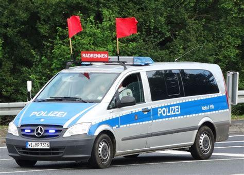 polizei wagen mercedes vito polizei wagen zur absperrung des