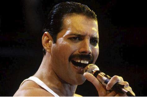 freddie mercury y actor revelan imagen de actor rami malek como freddie mercury