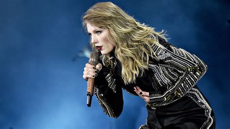 taylor swift concert videos taylor swift throws used tissue into crowd video