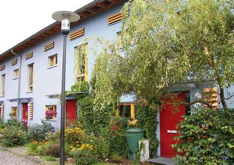 rote fassadenfarbe reihenhauser mit kleinen vorgaerten fassadenfarbe blau