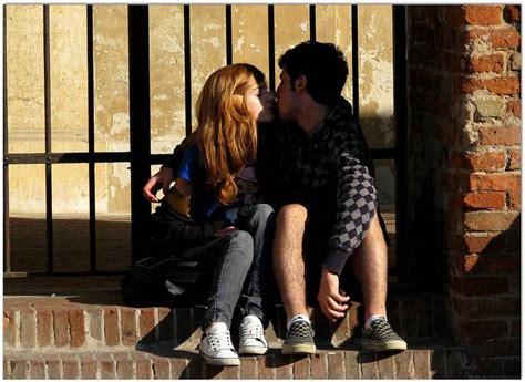 giochi di ragazze e ragazzi si baciano sul letto quot adolescenti oggi quot una ricerca dell aied per capirli e