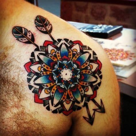 tattoo old school geometric gro 223 arige oldschool mandala blume mit pfeilen tattoo an