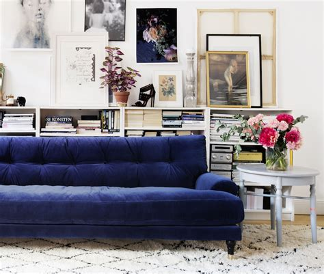 living room with blue sofa 25 stunning living rooms with blue velvet sofas