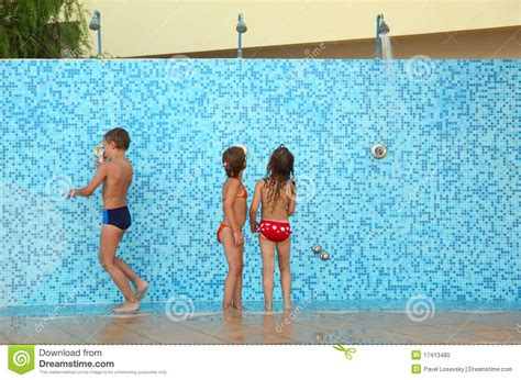 sister brother bathroom broer en zusters in bikinis die douche nemen stock foto