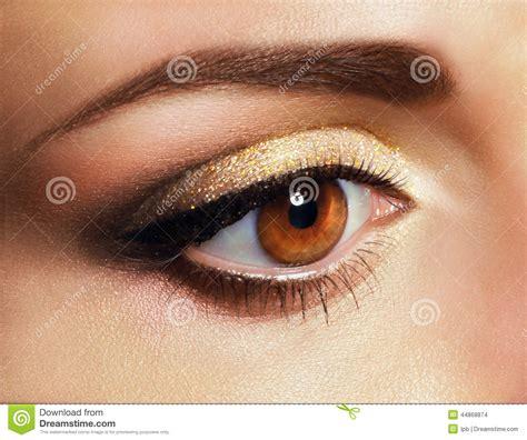 Gouden Oogschaduw by Mascara Sluit Omhoog Het Oog De Vrouw Met Gouden