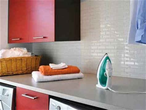 Attrayant Carrelage Mural Adhesif Pour Cuisine #5: carrelage-adhesif-blanc-sur-credence-cuisine-rouge.jpg