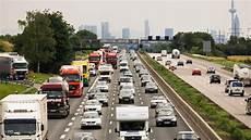 stau a5 frankfurt sperrungen auf a5 unf 228 lle mit lastwagen sorgen f 252 r lange