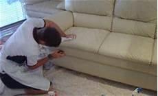 nettoyer canapé cuir nettoyer un canap 233 en cuir et m 234 me le blanc