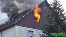 feuer im dachstuhl z 220 ndet durch flammen schlagen aus