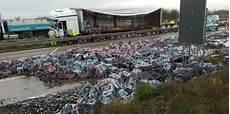 Unfall Auf A14 Lkw Verliert Hunderte Kisten Bier