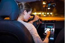 Frau Die Telefon Beim Fahren Des Autos Verwendet