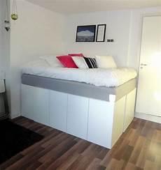 bett auf schrank stauraum unter dem hochbett im kleinen schlafzimmer home
