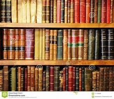 scaffale per libri scaffale per libri di legno con i libri antichi in una