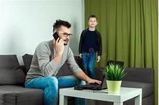 casa e affari uomo d affari sveglio bambino lavora al suo