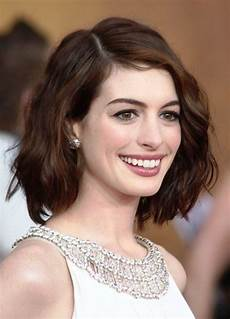 short hairstyles for oval faces with wavy hair hair
