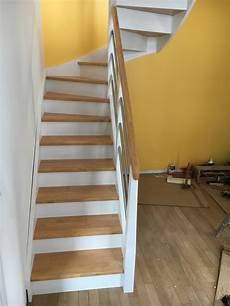 peindre un escalier en blanc escalier d 233 co peint en blanc marches et rambarde en bois