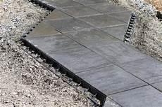 terrassenplatten direkt auf erde verlegen terrassenplatten gegen seitliches abwandern sichern