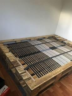 bett selber bauen paletten aus acht europaletten ein bett zimmern bett aus paletten europaletten bett und bett aus