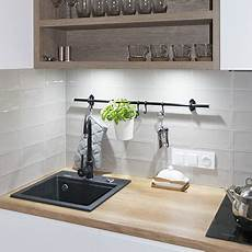 biała kuchnia z drewnianym blatem komodo