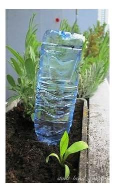 pflanzen während urlaub bewässern bew 228 sserung mit pet flasche auf dem balkon im sommer