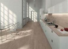 piastrelle cucina effetto legno abbinare il pavimento al rivestimento della cucina foto