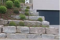 gartengestaltung mit naturstein natursteinmauer aus muschelkalk garden st 252 tzmauer
