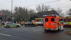 auto ummelden düsseldorf unfall zwischen stra 223 enbahn und auto in d 252 sseldorf