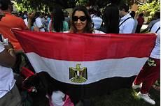 consolato egiziano a foto egiziani in corteo contro il governo morsi