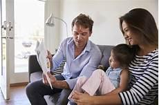 baby von sofa eltern die mit baby tochter auf sofa at home lesen