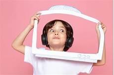 T Shirt Malvorlagen Kostenlos Und Musik Kleiner Junge Im Wei 223 En T Shirt Und In Den Schwarzen