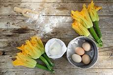 come cuocere i fiori di zucca ricetta frittata con fiori di zucca non sprecare