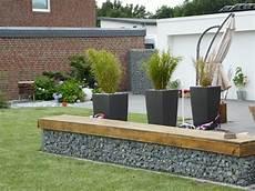 terrassengestaltung mit holz terrassengestaltung mit gabionen in kombination mit holz
