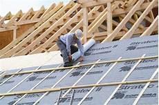 pose ecran sous toiture renovation installer un 233 cran sous toiture pour votre couverture